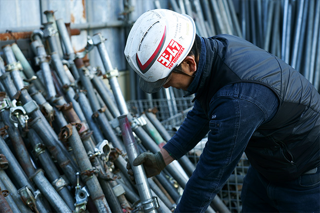 長澤土木興業では自社保有の重機、車両による解体工事を行っています